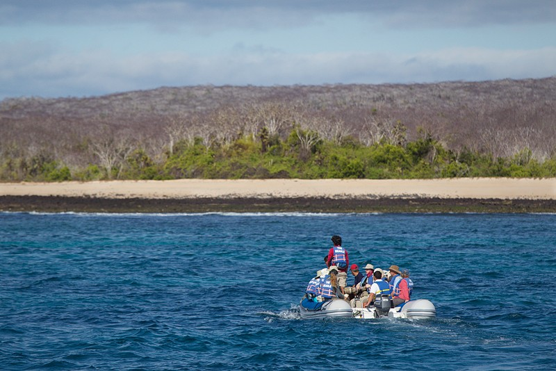 panga-headed-to-shore-robt_y9c0483-dragon-hill-galapagos