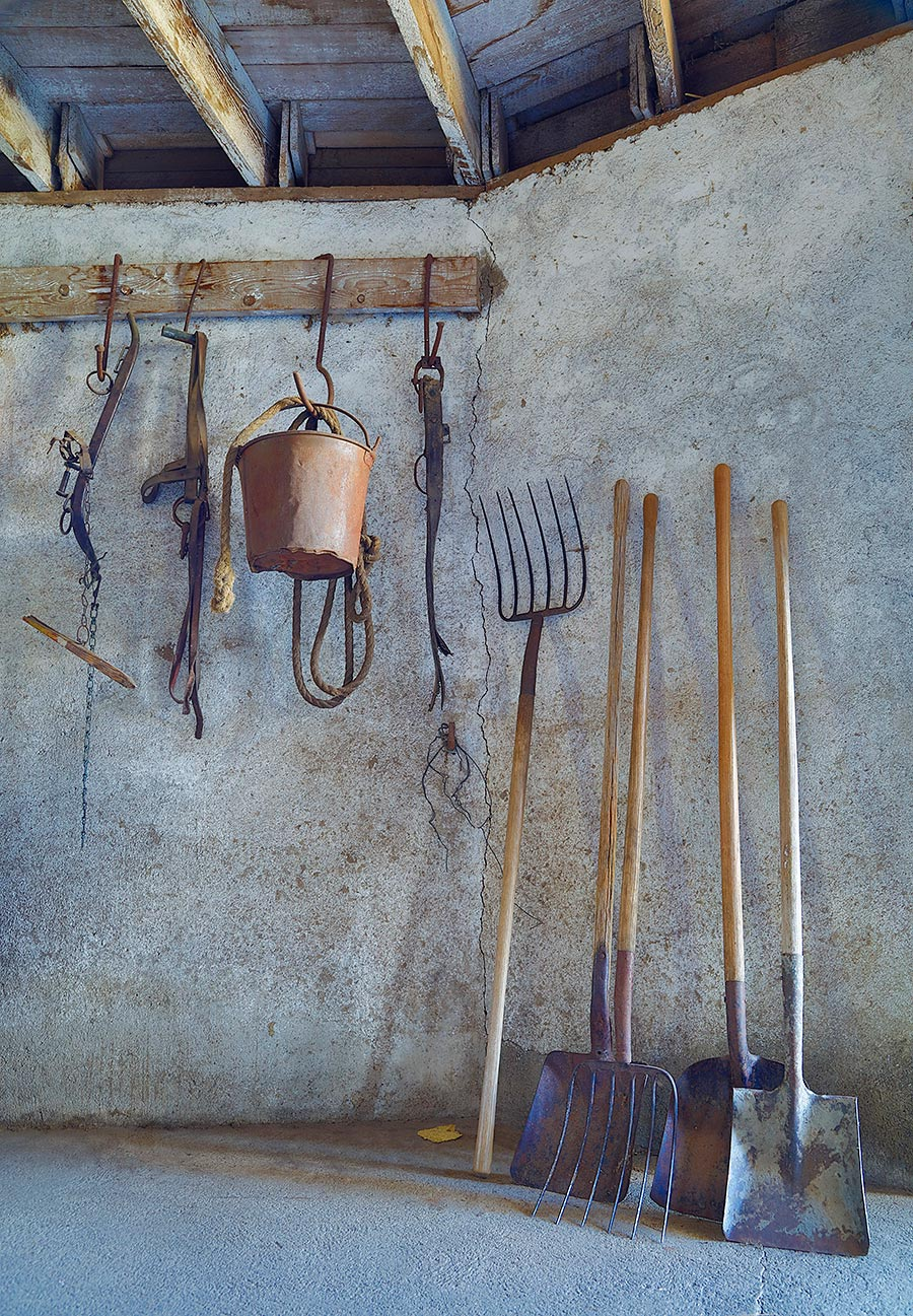 farm-implements-in-old-barn-_t0a9728the-palouse-wa