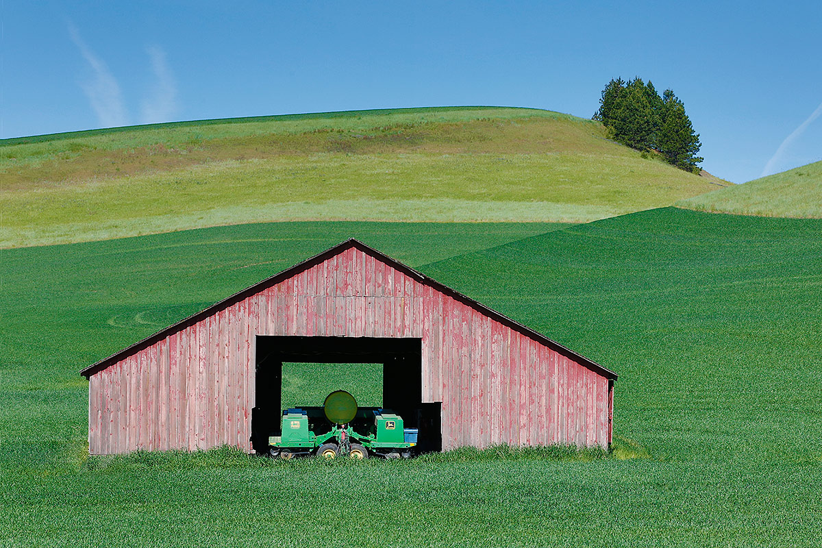 pink-barn-w-tractor-_a1c8579-the-palouse-wa